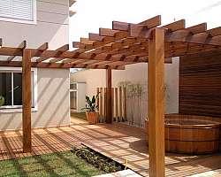 Pergolado de madeira com plantas