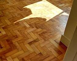 Piso taco madeira manutenção