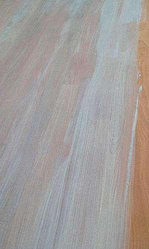 Aplicação de bona craft oil em tacos de madeira