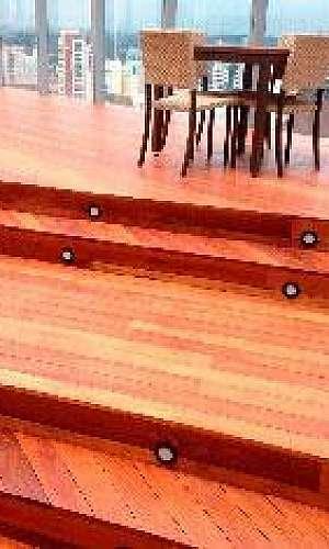 Aplicar verniz em deck de madeira