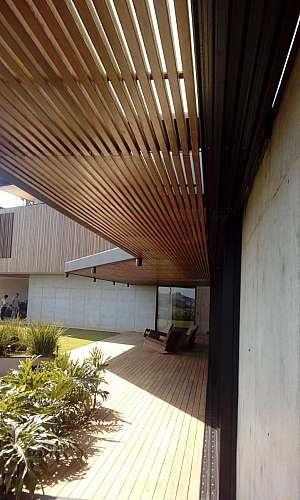 Deck de madeira com pergolado