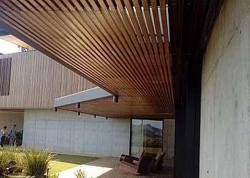 Deck madeira com pergolado