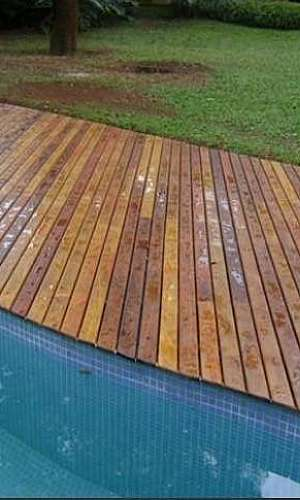 Deck de madeira para jardim