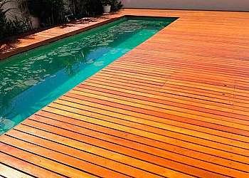 Deck de madeira piscina de plástico