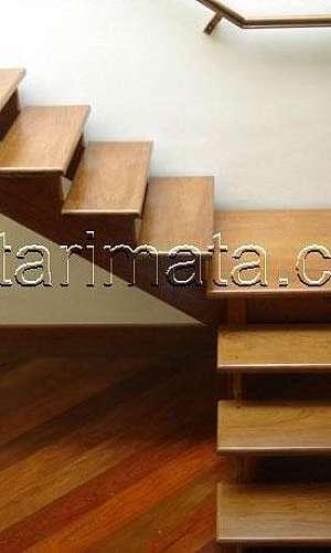 Escada de madeira com patamar