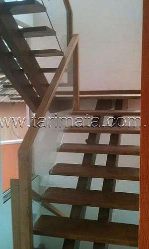 Escada de madeira com viga central