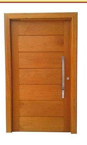 Folha de porta de madeira com batente