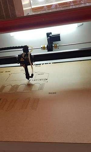 Máquina de gravar a laser em madeira