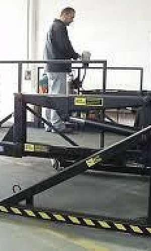 Plataforma elevatória pantográfica estacionária