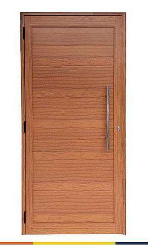 Porta de madeira com batente de alumínio