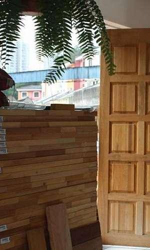 Porta de madeira lisa com batente