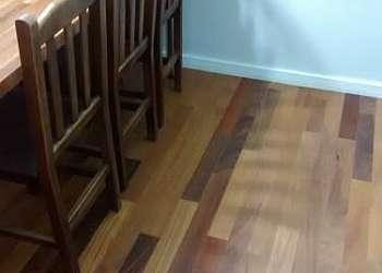 Raspagem de taco de madeira